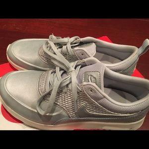 W SZ 8 Nike air max Thea prm lea like new
